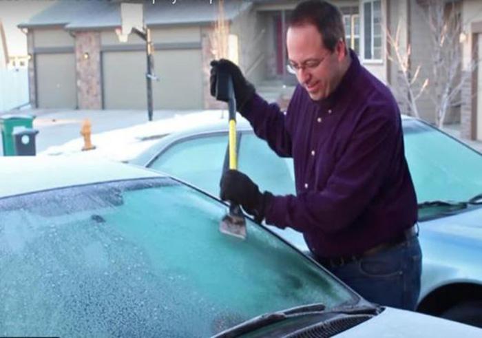 Брз и едноставен трик како да одледите шофершајбна, а да не го изгребете стаклото / ВИДЕО
