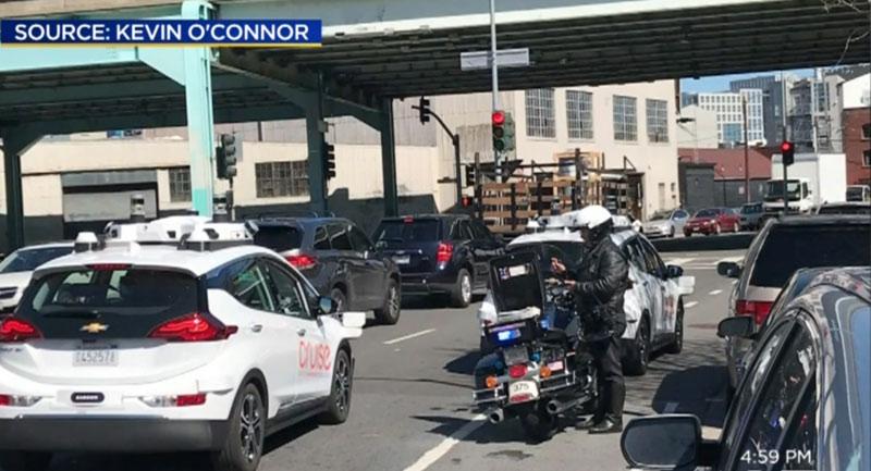 Полицаец напишал казна на автономен автомобил / ВИДЕО
