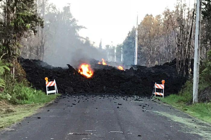 "Лавата на Хаваите ""голта"" патишта и автомобили / ВИДЕО"