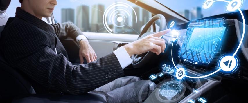 Паметните телефони помалку го одвлекуваат вниманието од вградените инфо забавни системи во автомобилите?!