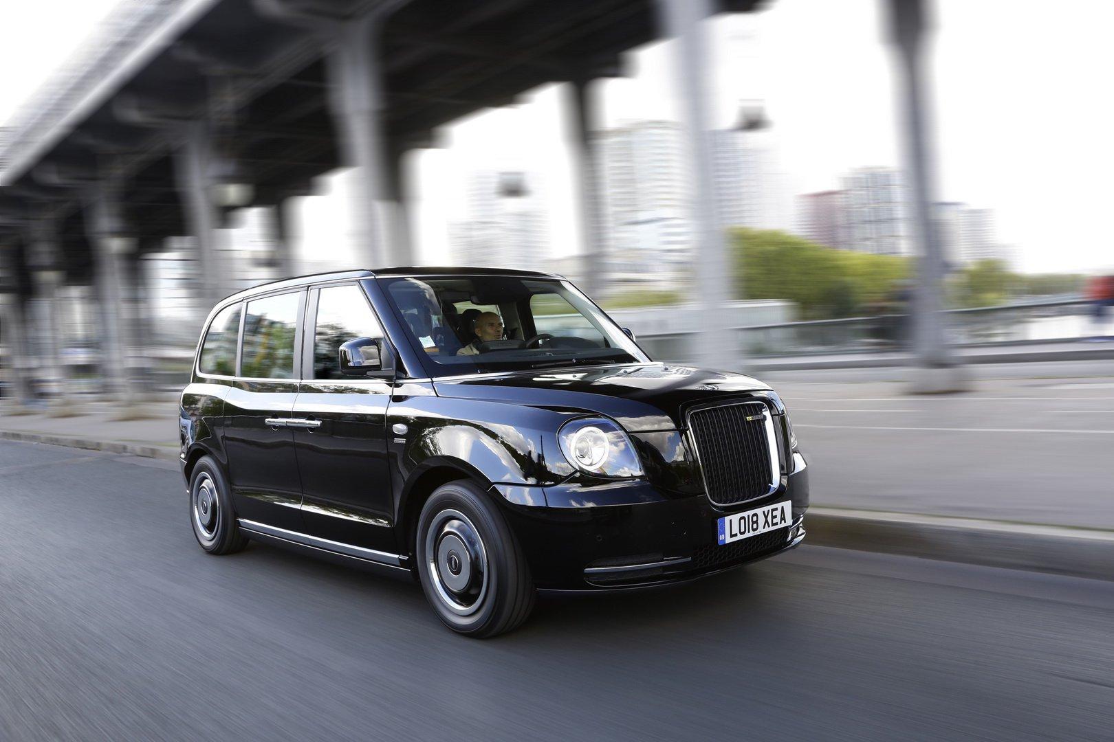 """Традициите постојат да се рушат: """"Лондонското такси"""" на улиците на Париз / ФОТО"""