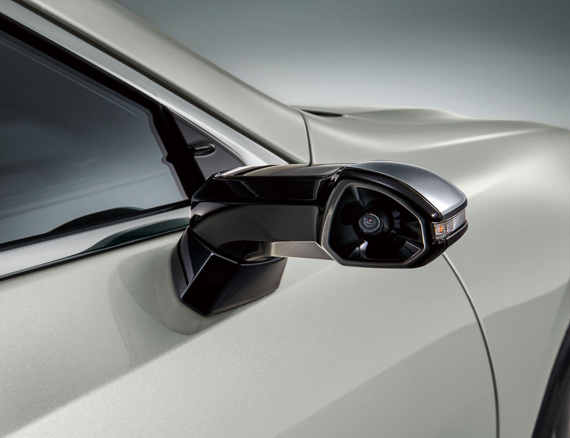 Lexus ES е првиот сериски модел со дигитални ретровизори / ВИДЕО