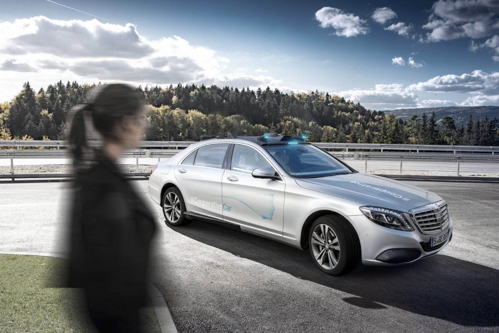 Mercedes претстави нова технологија која поддржува комуникација возило-пешак