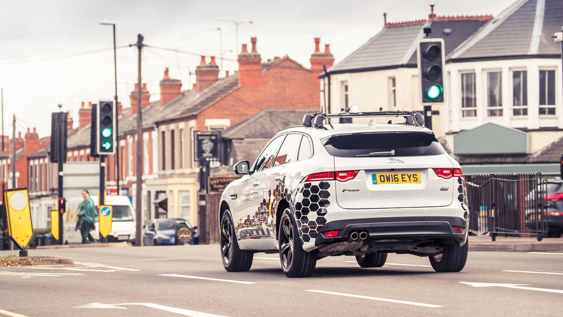 Зелено светло за Traffic Signal Avoidance системот на Jaguar Land Rover / ВИДЕО