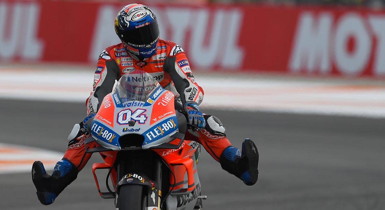 """MotoGP: Силен дожд, """"атрактивни излетувања"""" и победа за Довициозо за затворање на сезоната / ВИДЕО"""