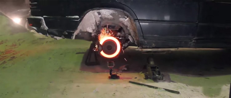 Што се случува ако истовремено стиснете на педалата за гас и сопирачката?