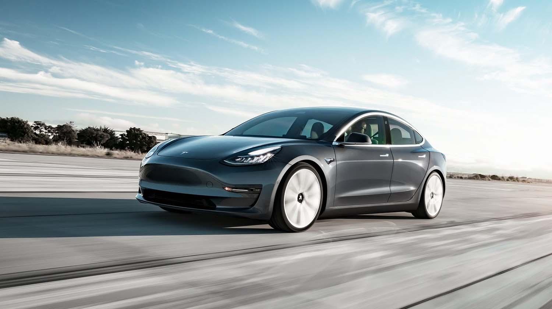 Илон Маск подарува Tesla Model 3!