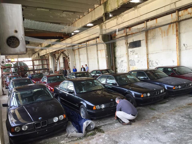 Скриено богатство: Гланц нови BMW пронајдени во бугарски склад