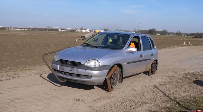 Вака изгледа возење во автомобил со четириаголни тркала / ВИДЕО