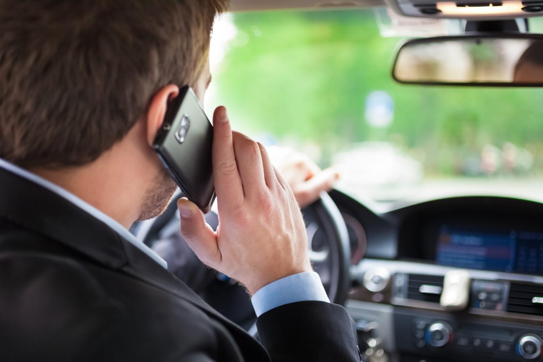 Камери ќе ги следат возачите кои разговараат на мобилен