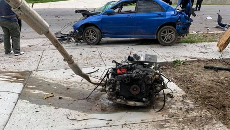 Бизарно до максимум – на ова Subaru по судир моторот му излетал надвор! / ФОТО