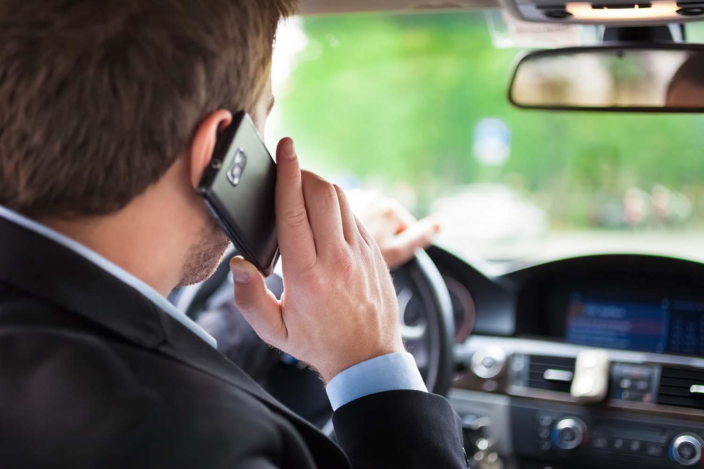 Австриските возачи никако да се одвикнат од користењето на мобилен при возење