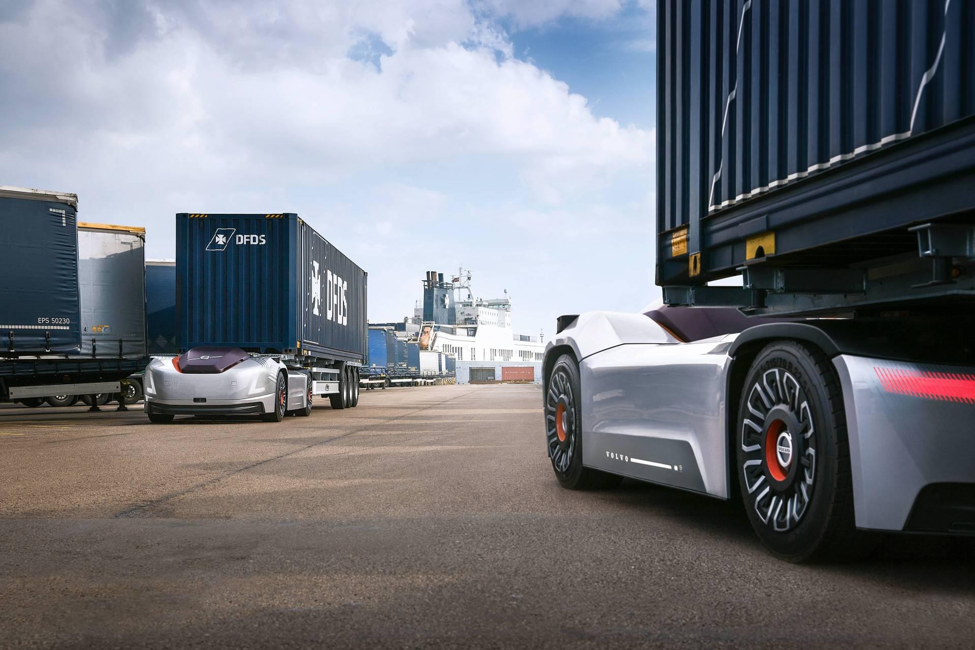 Самовозечки камиони на Volvo превезуваат бродски контејнери во Шведска / ВИДЕО