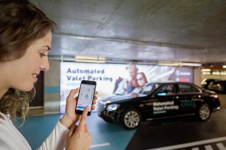 Daimler и Bosch ја добија потребната лиценца – автомобилите ќе ги паркираме со помош на телефоните / ВИДЕО