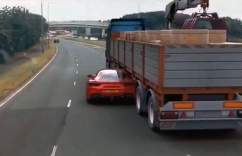 Како од Холивудските филмови: Ferrari бега од полицијата криејќи се под шлепер !? / ВИДЕО