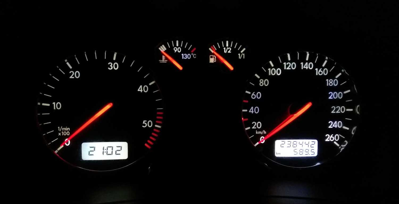 Зошто електрониката во автомобилот често лaжe?