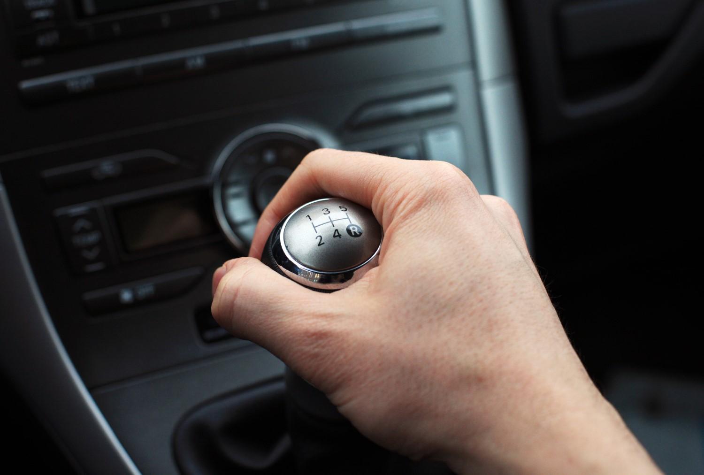 Неколку работи кои никогаш не треба да ги правите ако возите автомобил со рачен менувач
