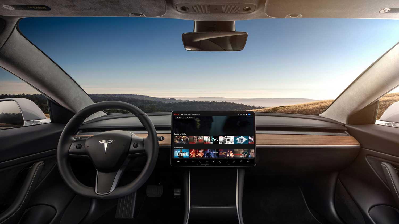 Tesla планира да понуди YouTube и Netflix во своите автомобили
