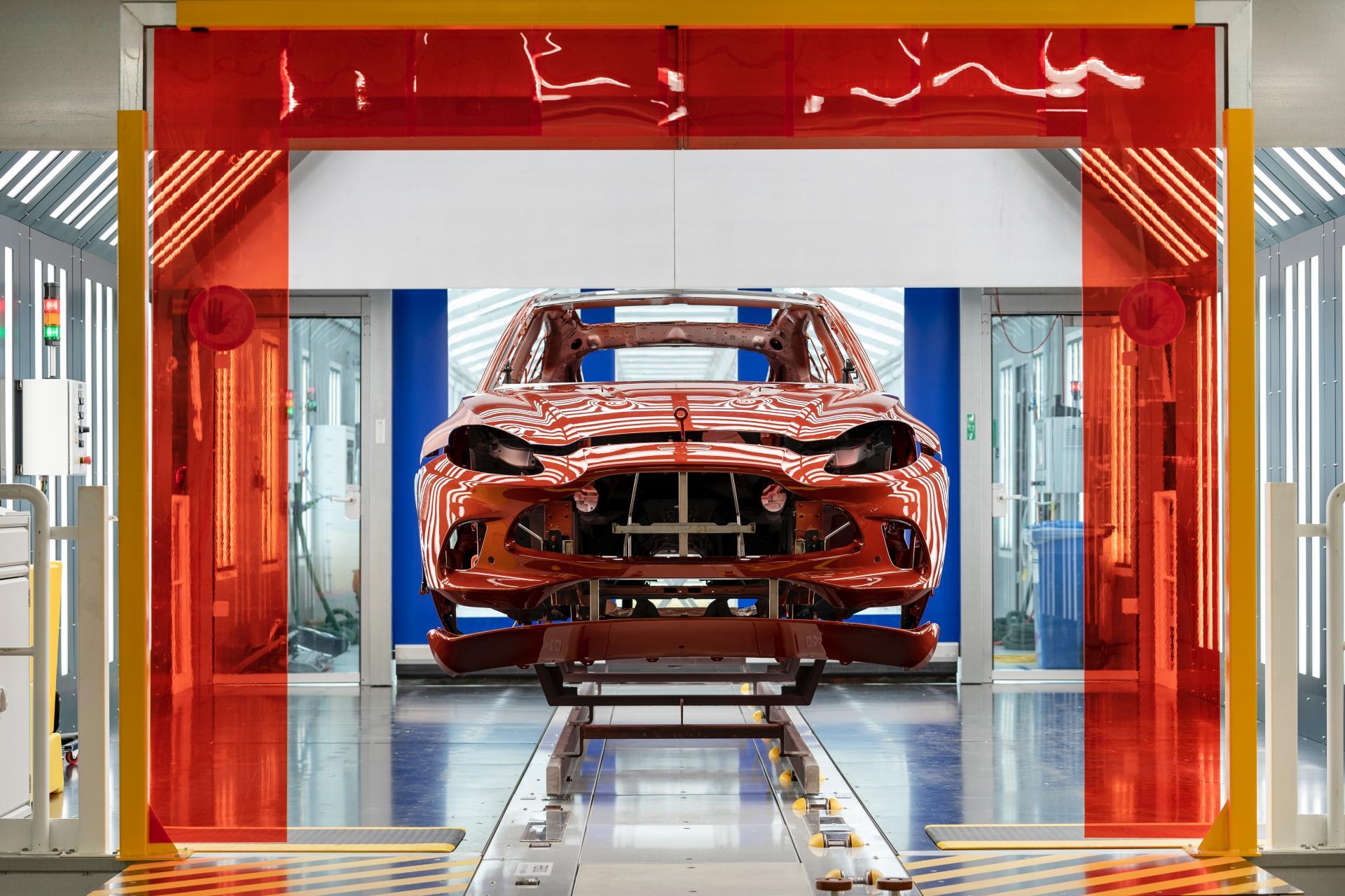 Поглед во фабриката во која се произведува првиот SUV на Aston Martin / ФОТО