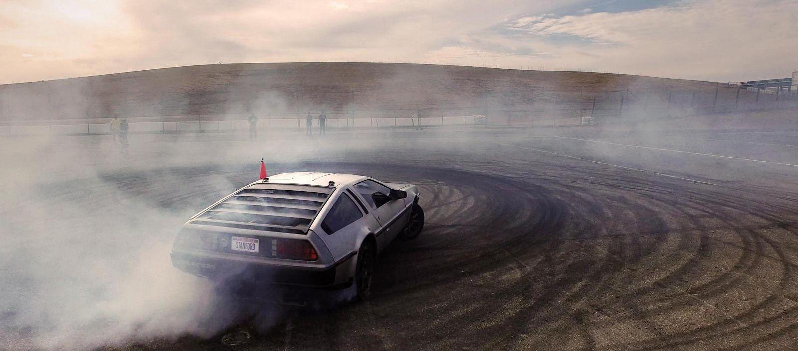 Дали има возач во автомобилот? Aвтономeн DeLorean дрифта на писта