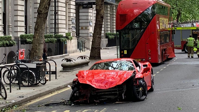 Познат рапер го искрши своето Ferrari во симболот на Лондон / ВИДЕО