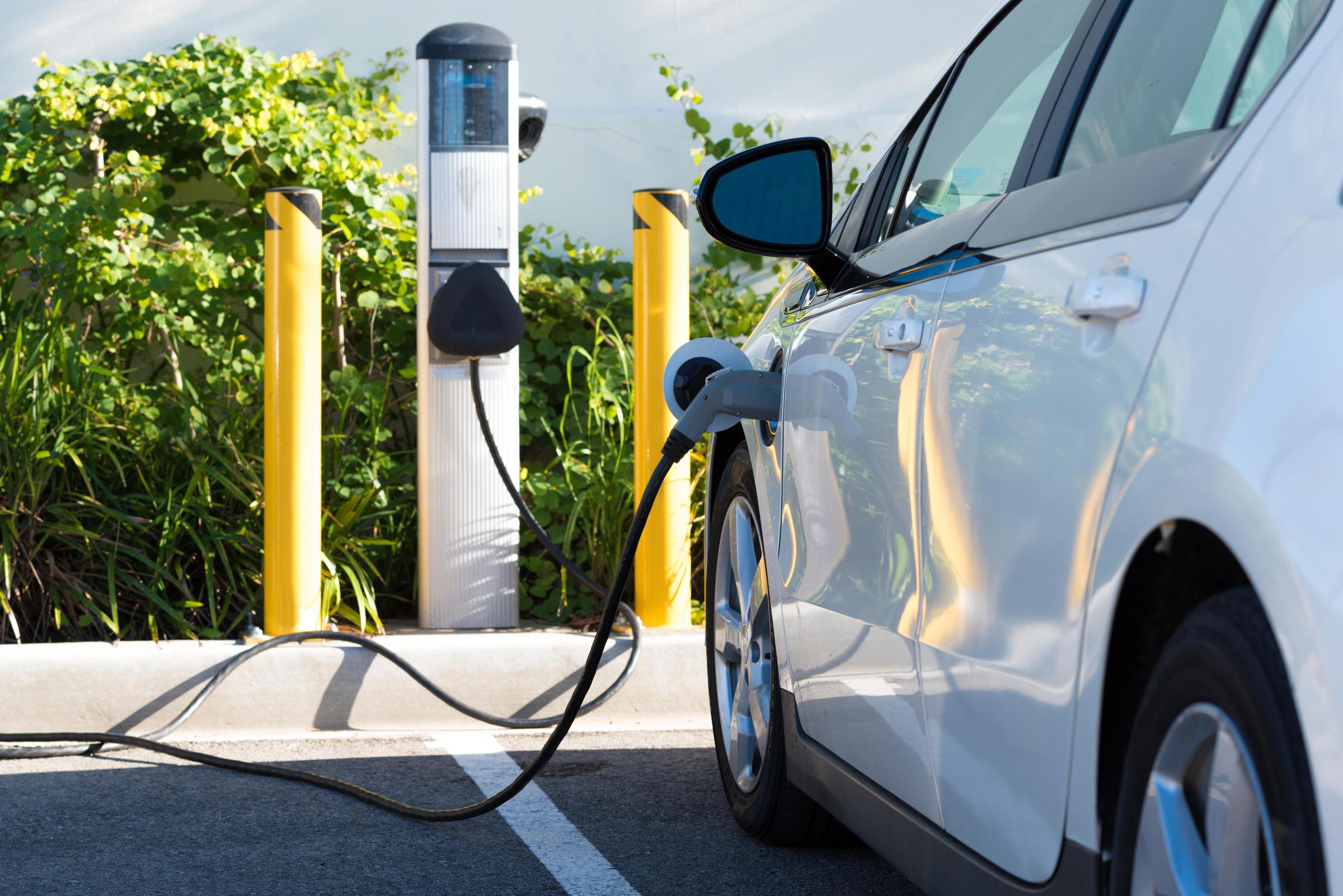 Секоја бензинска пумпа во Германија ќе мора да има и полнач за електрични возила