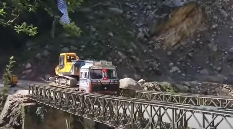 Со камера фатено рушење на мост во Индија / ВИДЕО