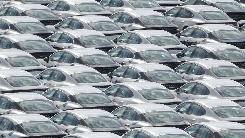 Залихите на нови автомобили во Германија се повеќе растат – купувачите претпазливи