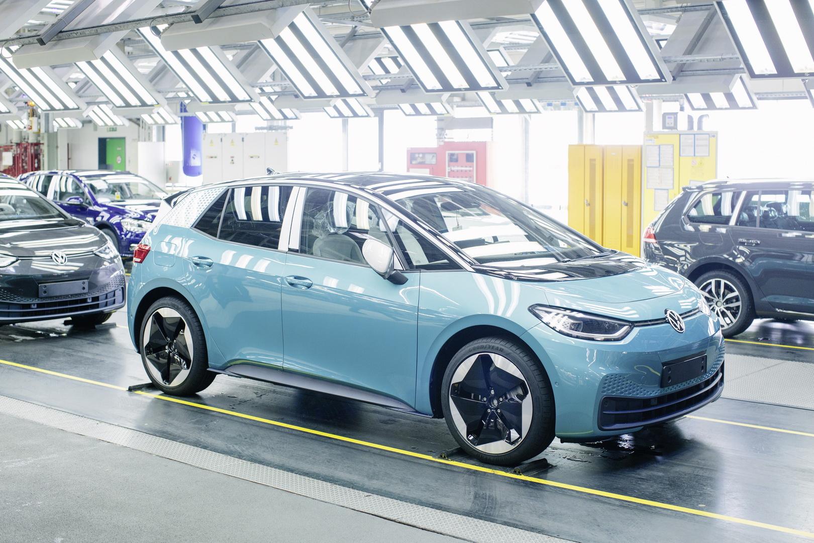 Монтажата на VW ID.3 трае 30 часа, а за Tesla Model 3 потребни се само 10. Volkswagen ќе отпушта!