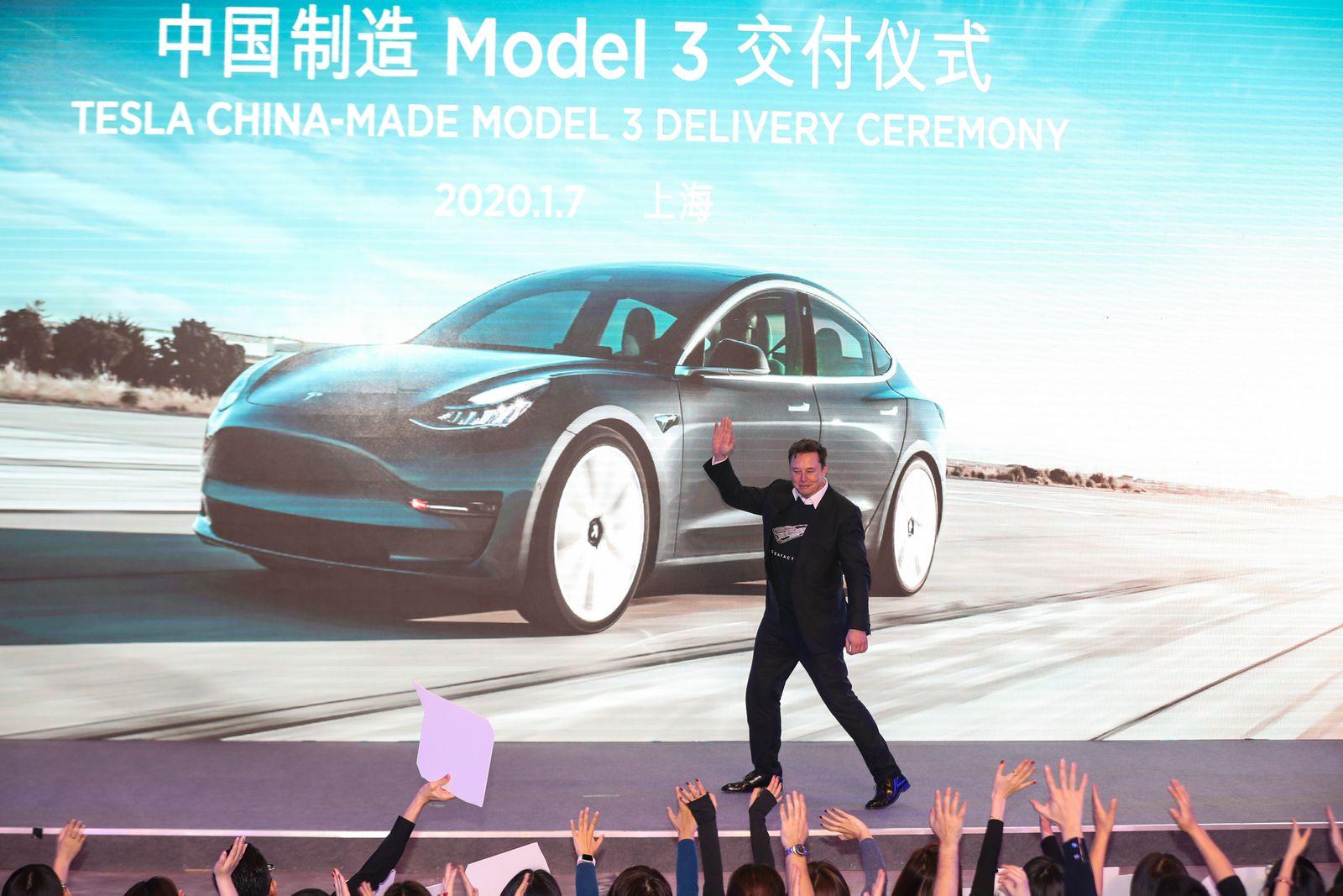 Расте цената на акциите, расте и богатството на бројни вработени во Tesla