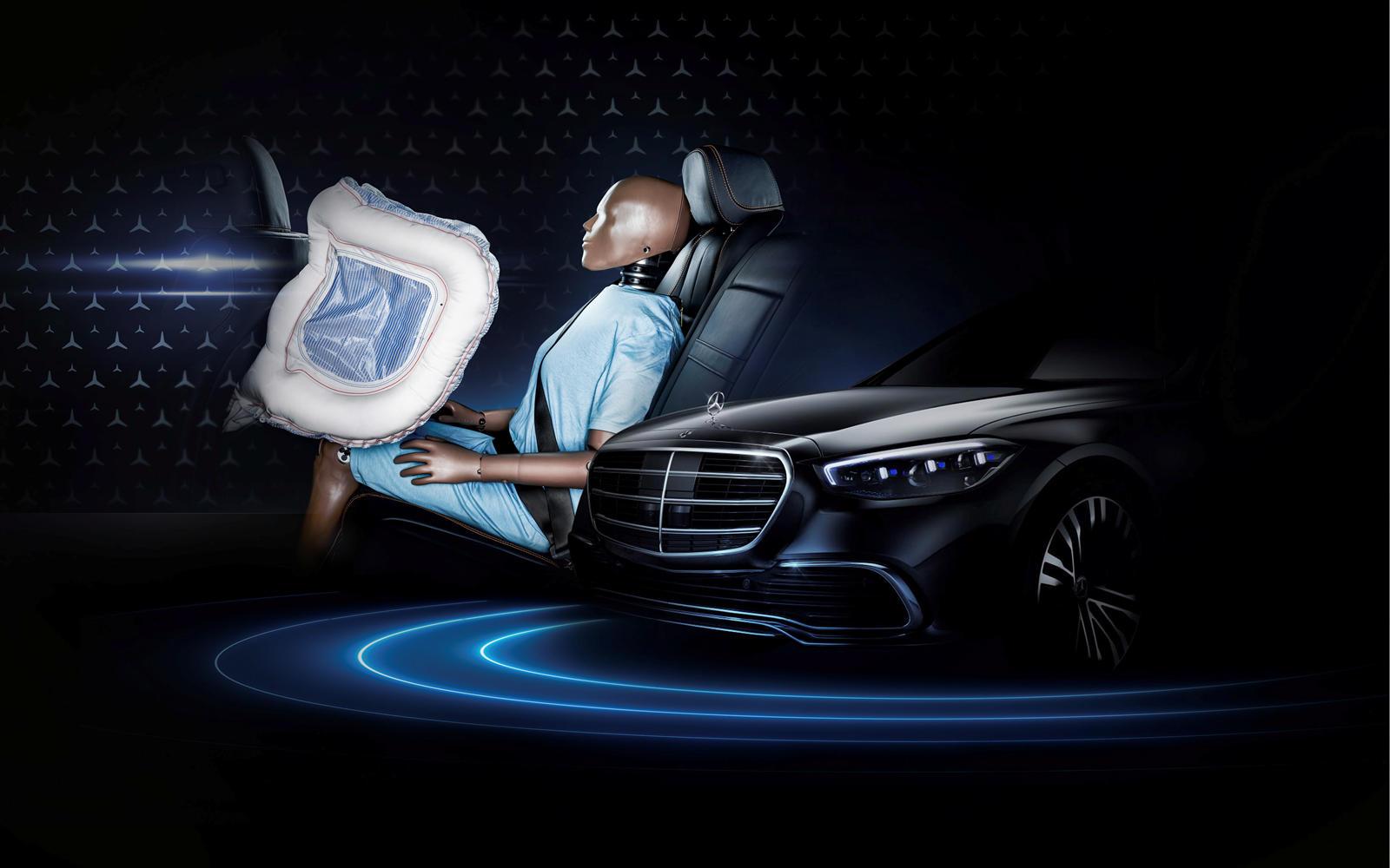 Mercedes го воведува првото воздушно перниче за патниците на задните седишта