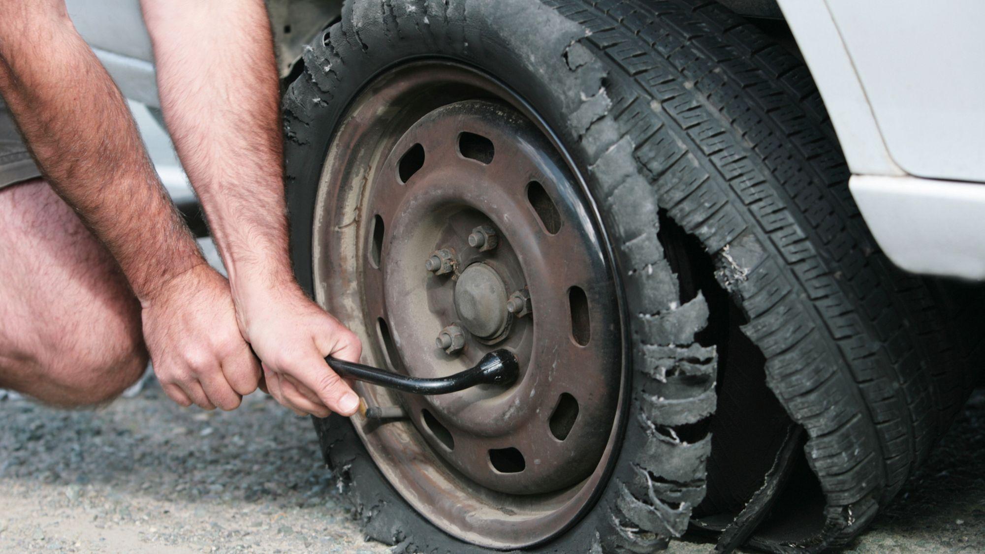 Одржување на автомобилот: Зошто гумите пукаат почесто во летните месеци?