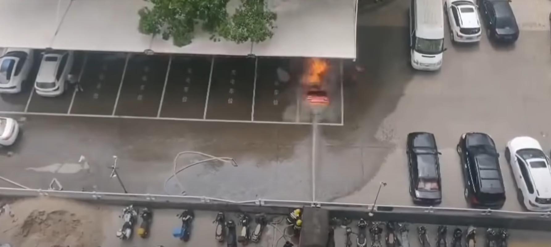 Експлозија на електричен автомобил приклучен на полнач / ВИДЕО