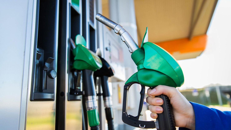 Од полноќ поскапуваат бензините и дизелот
