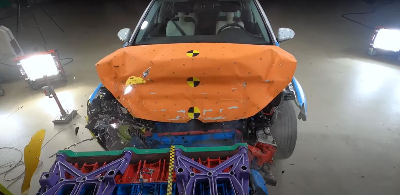 Вака изгледа кога нов Golf ќе удри во камион / ВИДЕО