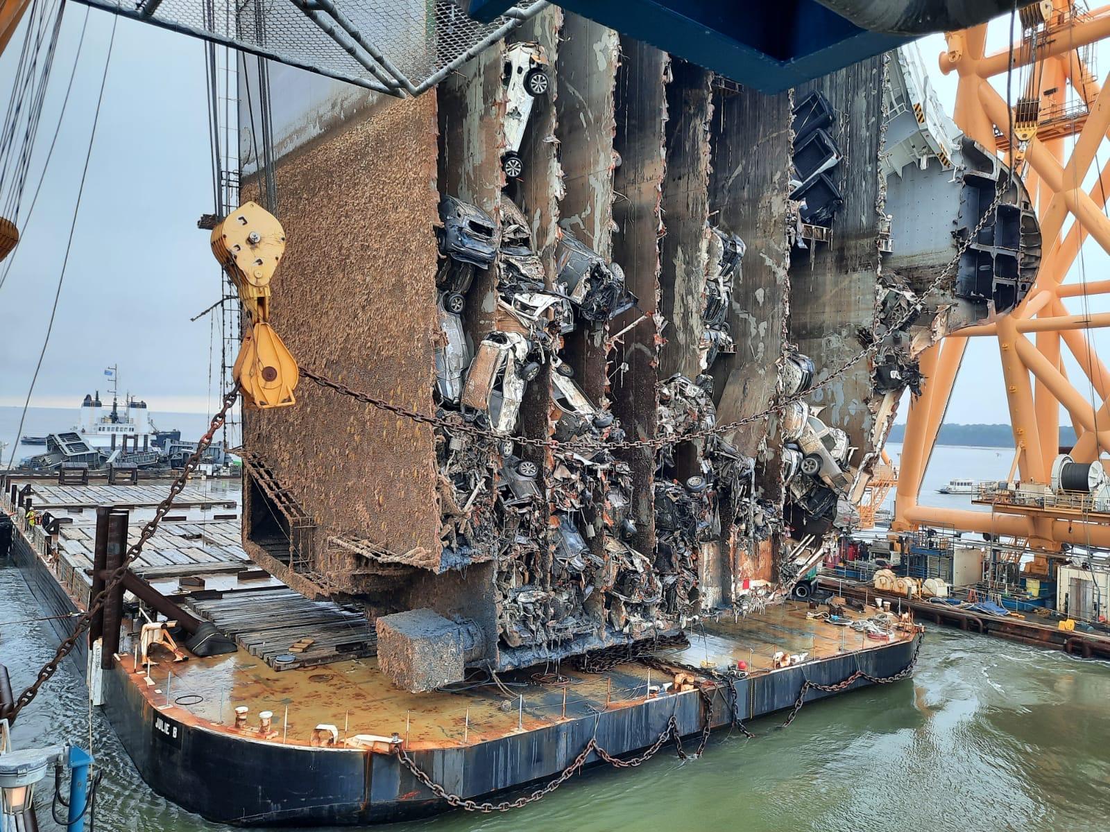 Импресивно: Започна сечењето на превртен брод со илјадници автомобили! / ВИДЕО