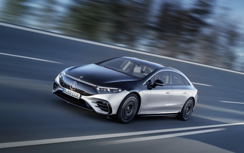 Mercedes-Benz EQS: Дали знаете за што служи капакот покрај предниот лев калник?