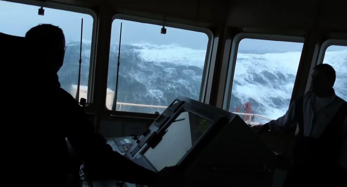 Вака изгледа хорор на море: бранови од 21 метар наспроти брод / ВИДЕО