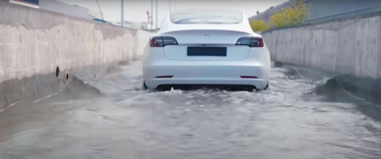 Како Tesla се справува со поплавите? / ВИДЕО
