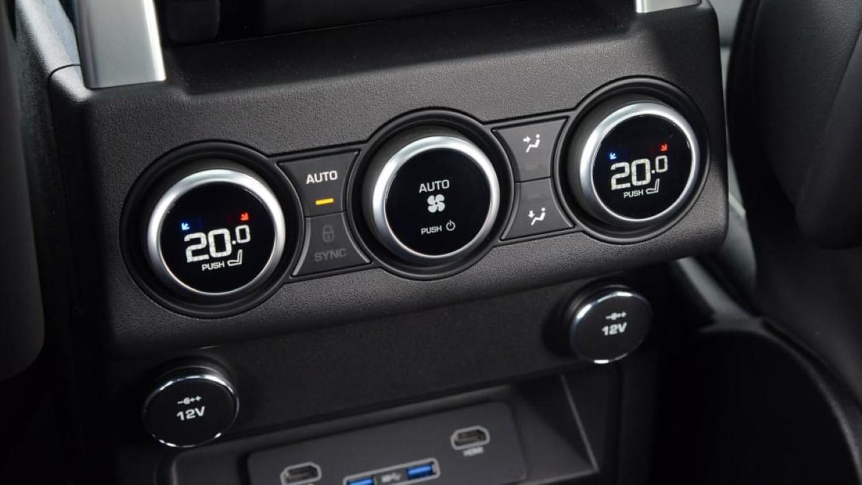 Дали е подобро да се вози со клима уред или со спуштени прозорци во текот на летото? Што троши повеќе гориво?