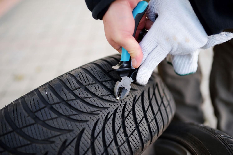 Штраф или клинец во гумата! Што да се стори во тој случај?