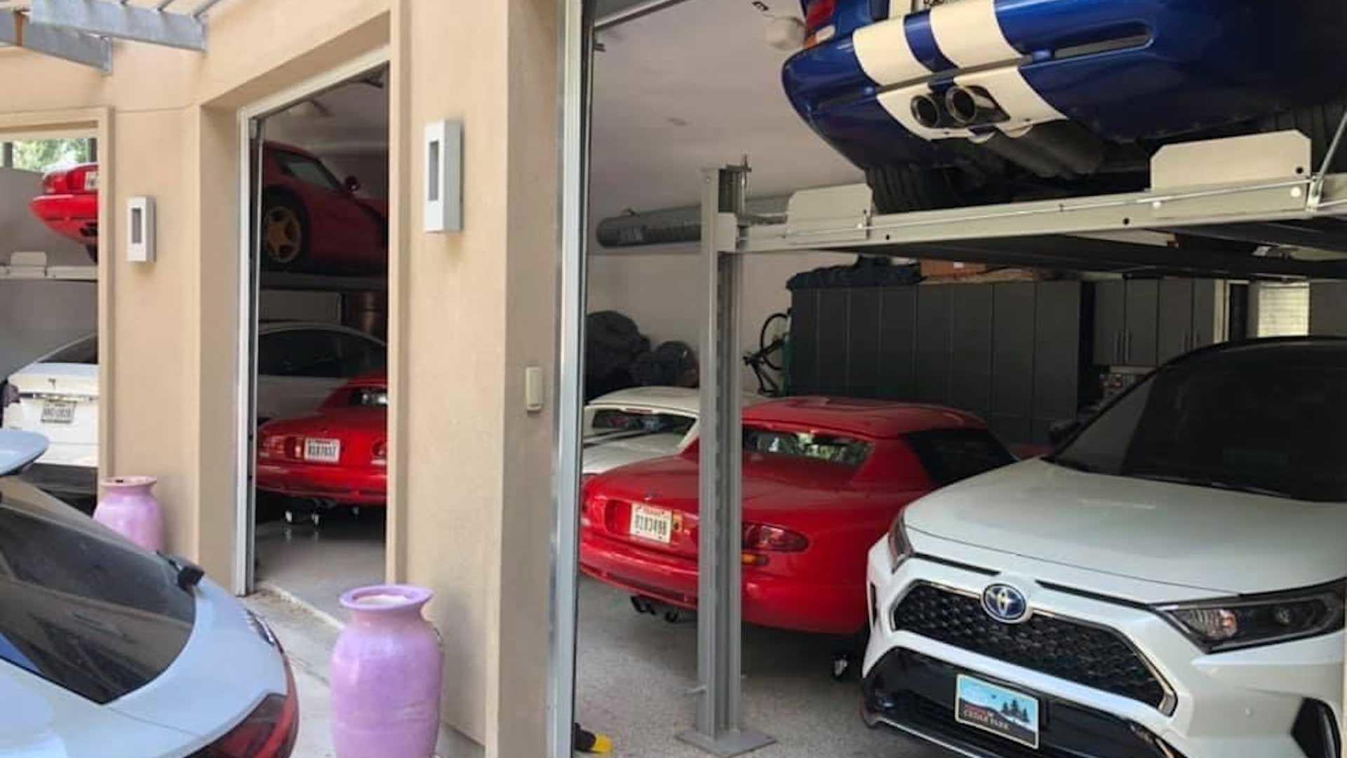 Креативен сопственик: Успеал да смести дури седум автомобили во гаража наменета за само три! / ФОТО