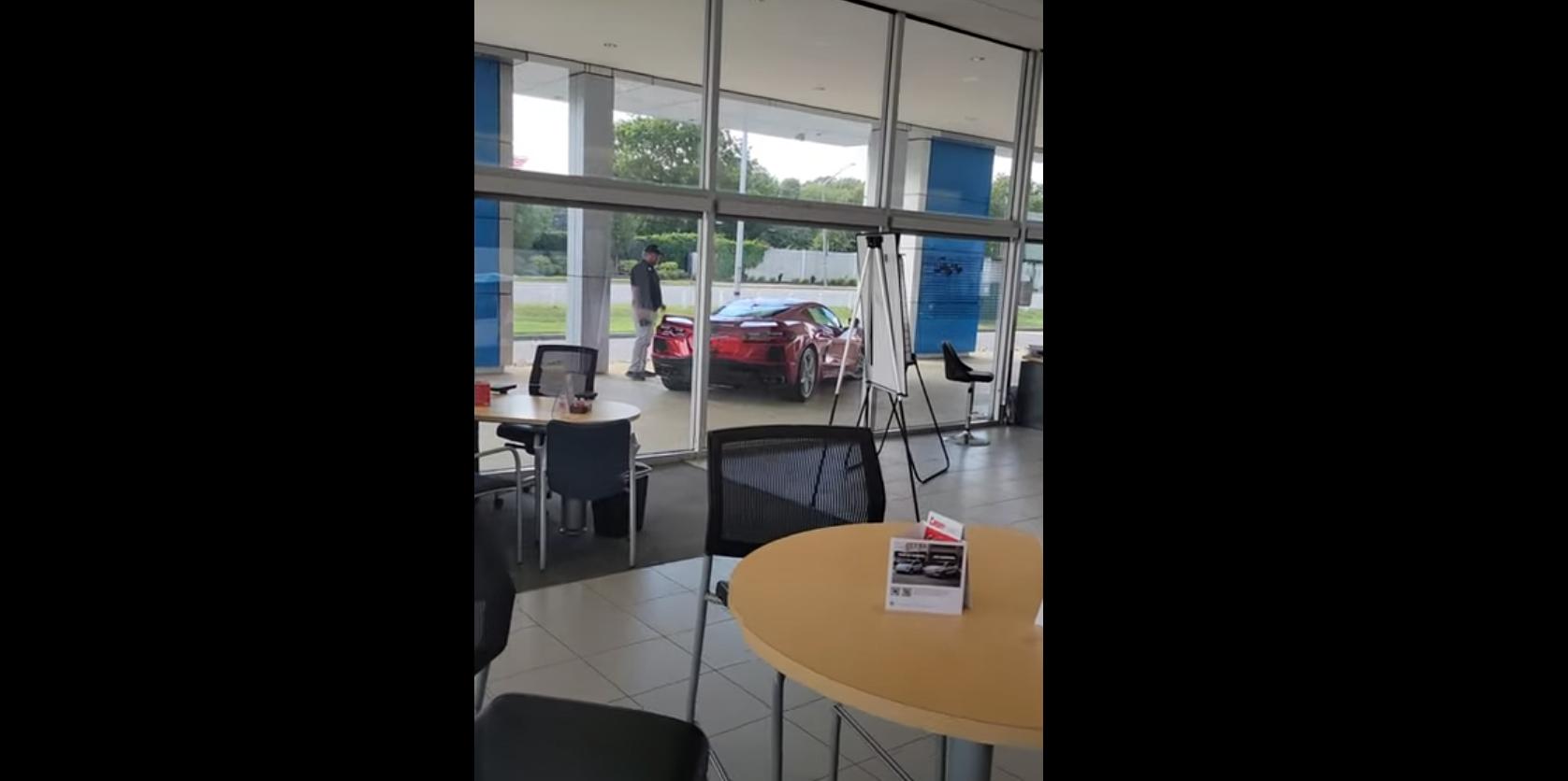 Украл скапоцен спортски автомобил пред очите на продавачот / ВИДЕО