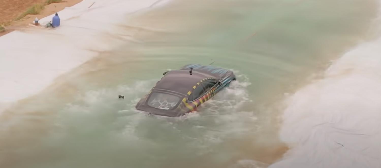 Што се случува кога ќе се обидете да возите Teslа Model S Plaid под вода? / ВИДЕО