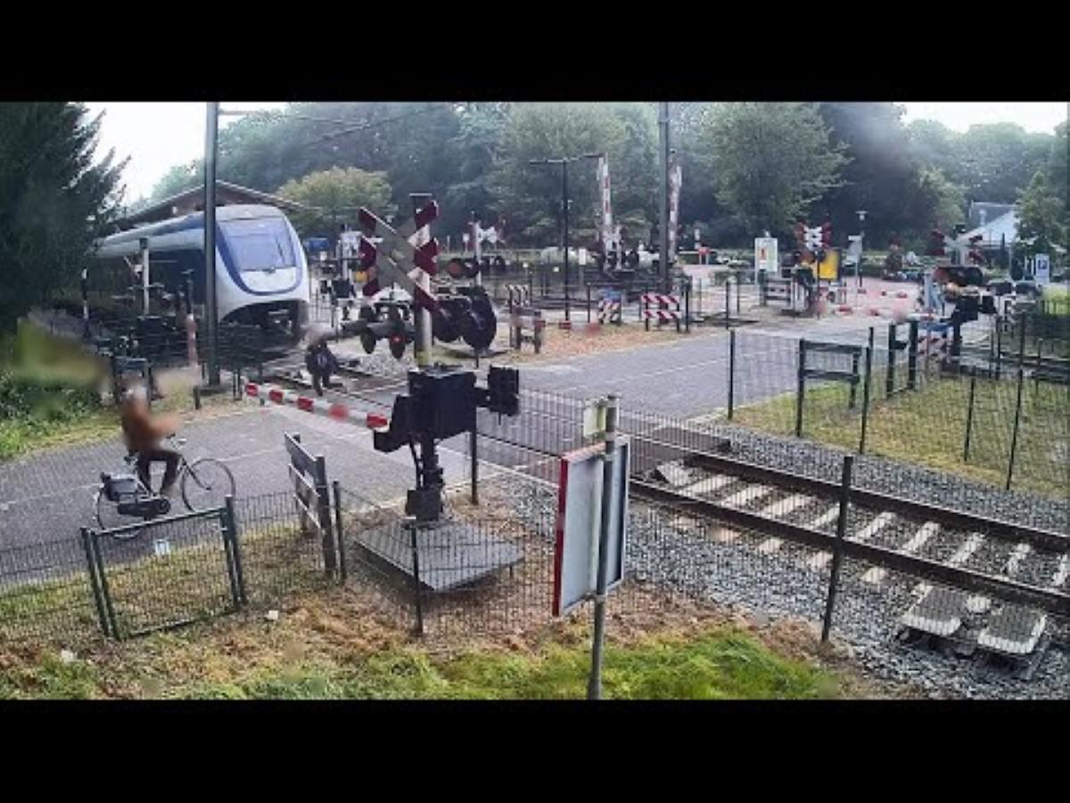 Видео од Холандија: Жена за влакно избегнува воз на премин преку пруга