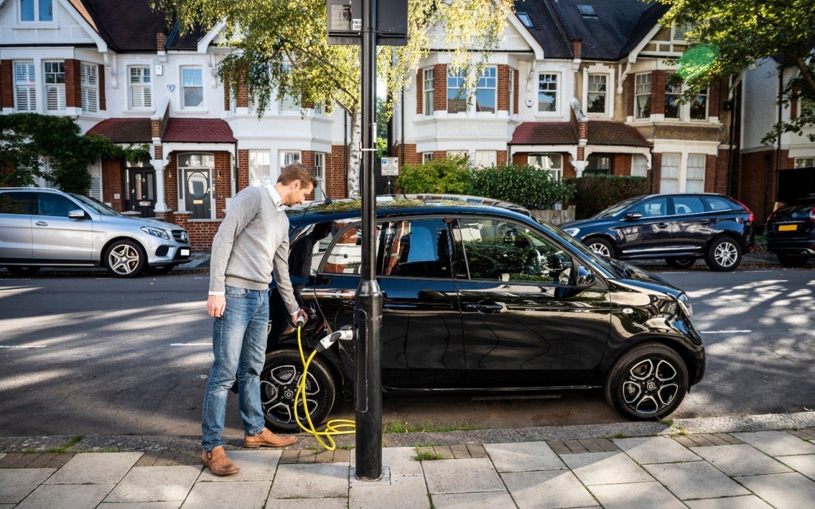 Полнење електрични автомобили на столбови за јавно осветлување