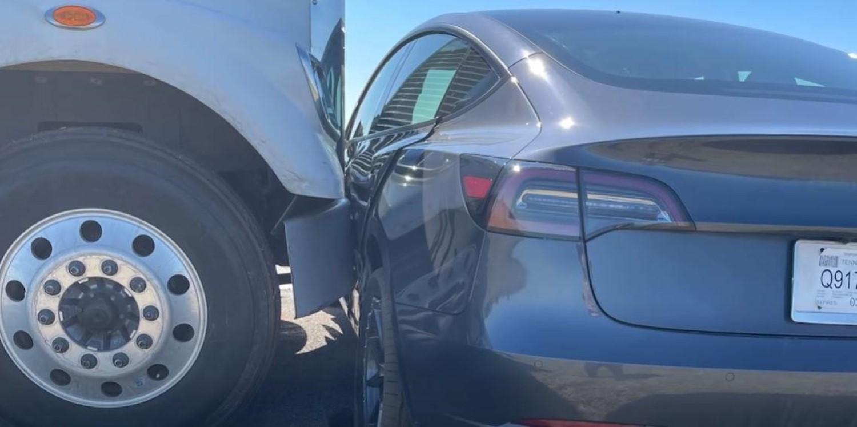 Камион удрил во Tesla на автопилот и ја туркал еден километар пред да забележи / ВИДЕО